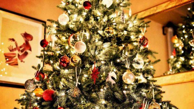 un albero di natale artificiale decora la stanza