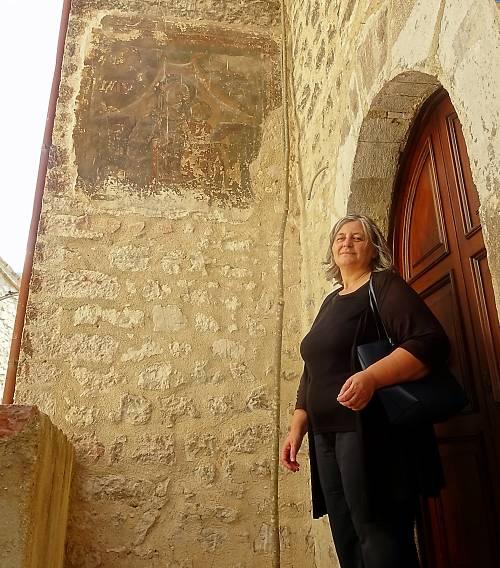Agnese Benedetti davanti all'affresco di Vallo di Nera. @ Daniela Shams