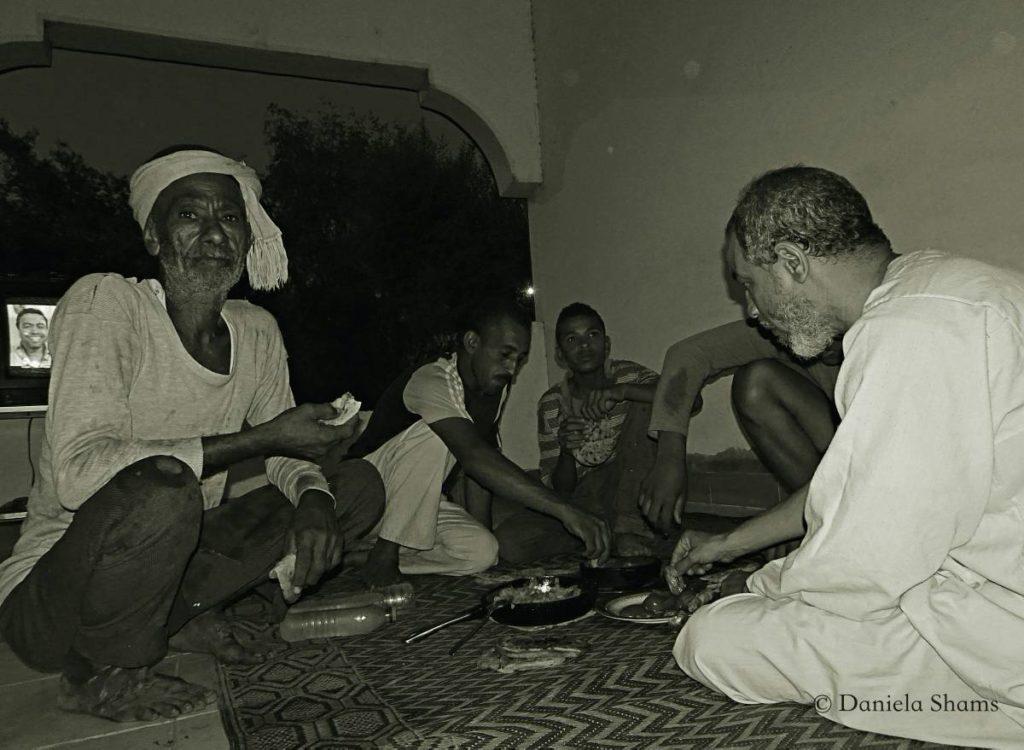 Egitto, in campagna, la sera seguente la raccolta di mango